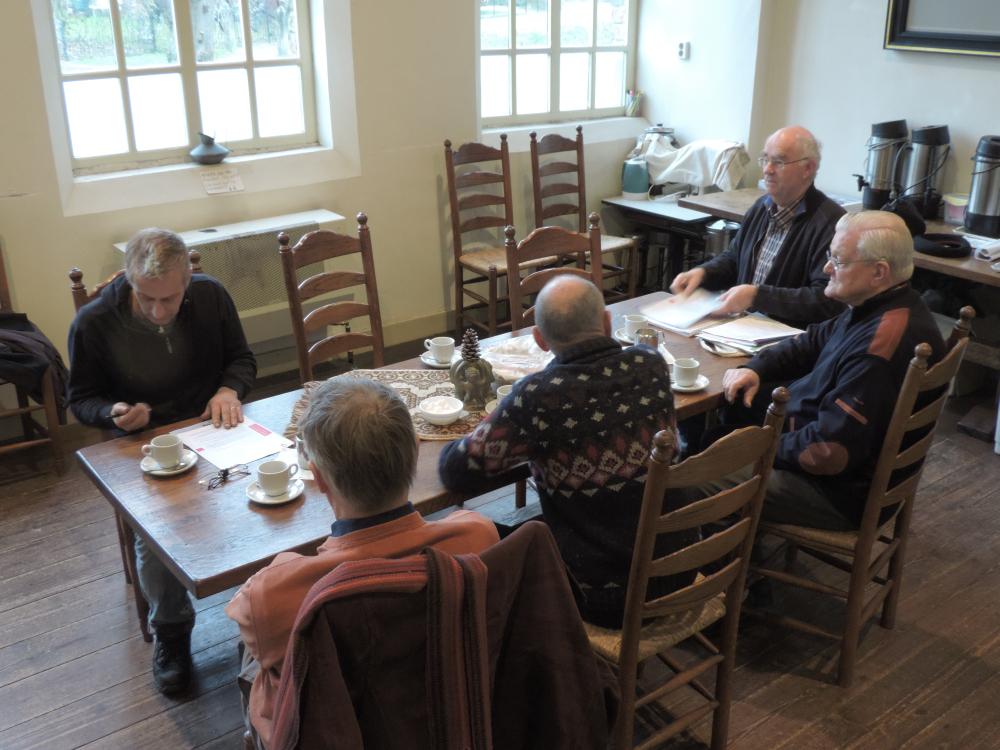 Simon Laudy van Klokkengieterij Reiderland  tijdens een informele bijeenkomst met de carilloncommissie in de consistoriekamer.