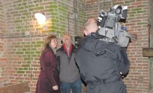 Sigried en Jan overleggen met cameraman Ronald over de opnames.