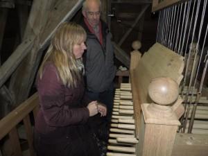 Sigried kan een beetje pianospelen en zowaar, ze speelt zomaar Vader Jacob.