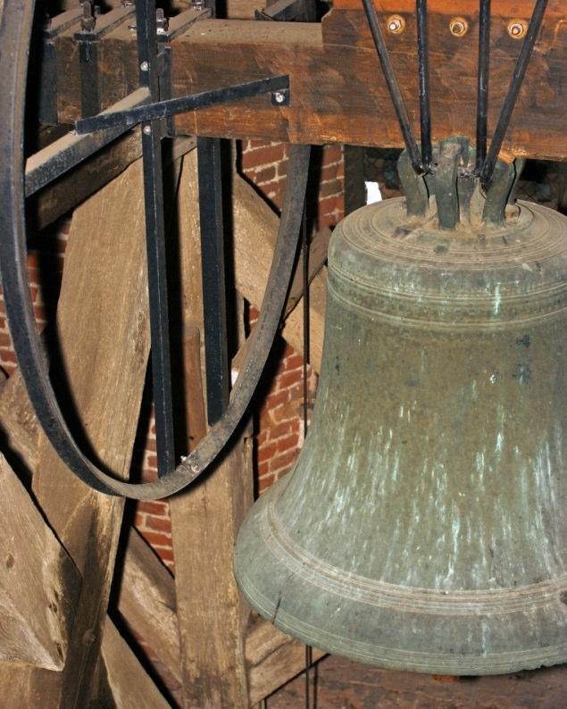 Dit is de luidklok. Deze hangt wat lager in de toren achter de galmgaten.