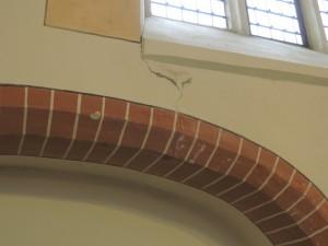 Zo zit de hele kerk vol met scheuren,