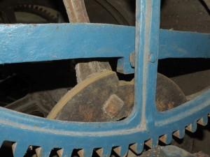 Het dichte wiel achter het tandwiel verdeeld de trommel in twee gedeeltes, driekwart rond voor het melodietje op het halve uur en kwart rond voor het kwartierdeuntje.
