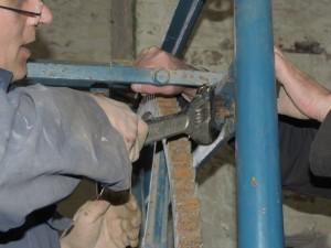 Het verwijderen van de bedieningsarm. Als deze omhoog getild wordt kan de trommel verder draaien.