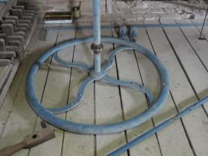 Het wiel om het gewicht op te draaien. 3 van de 4 spaken zijn gebroken.