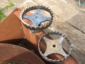 Het resultaat, zo uit de vorm. De dieper uitgedrukte tanden zijn nu goed te zien. Het nieuwe rad staat op het gietkanaal.
