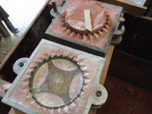 De rugvorm met een houten modeltand om de afgesleten punten na te stempelen.
