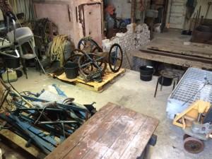 Op de pallets liggen de onderdelen van het uurwerk klaar voor de schoonmaakbeurt.