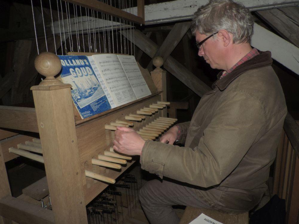 Henk Veldman aan het werk tijdens de maandelikse bespeling