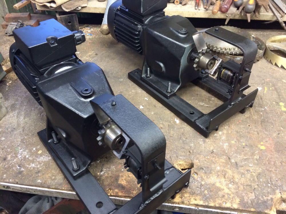 De motoren om de gewichten van het uurwerk automatisch omhoog te draaien.