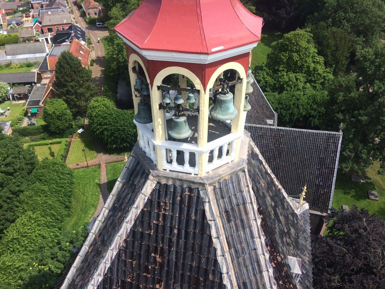 Met de hijskraan worden nu allerlei werkzaamheden aan de toren uitgevoerd. Beneden het Kerkpad, boven de Hemony klokken.