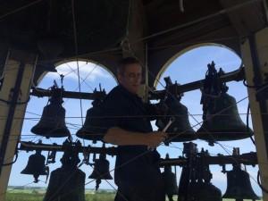 Simon Laudy bezig met het verwijderen van de magneethamers.
