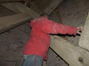 We schroeven een grenen plank op de muur om de kabel netjes naar boven te krijgen.