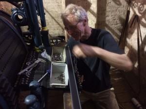 Als commissie assisteren wij ook met zelfwerkzaamheid bij de restauratie. Hier monteer ik de nieuwe messing lichterbekken die zorgen voor optimale afvalgelijkheid van de hamers. (tekst Simon Laudy)