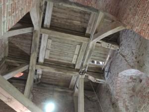 De zoldering boven de speeltrommel. 3 katrollen opgehangen.
