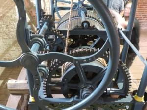 Het grote wiel dient om gemakkelijk het meer dan 100 kilo wegende gewicht omhoog te kunnen draaien.