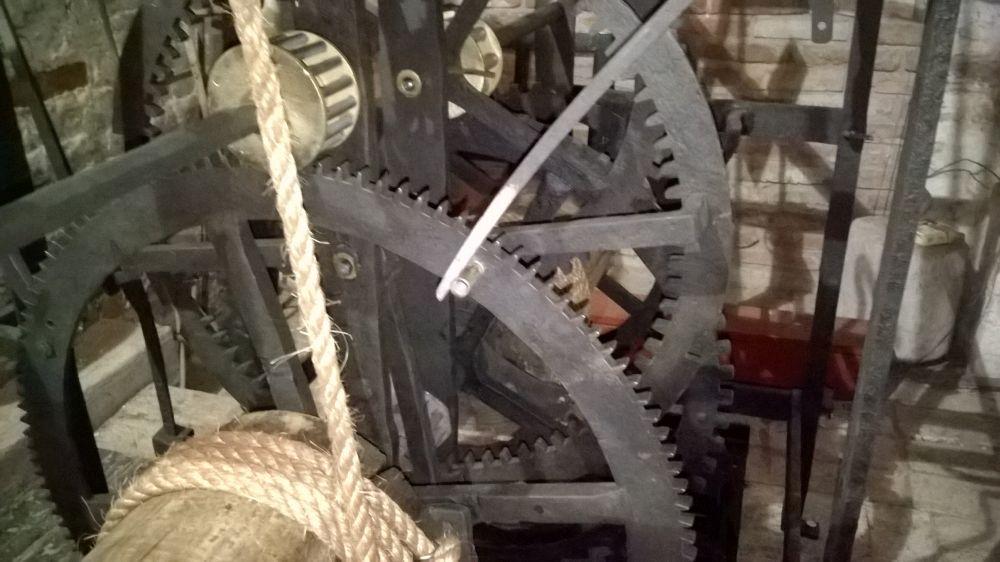 Dit tandwiel draait één keer per uur. De pennen geven het signaal aan de speeltrommel om te gaan draaien.
