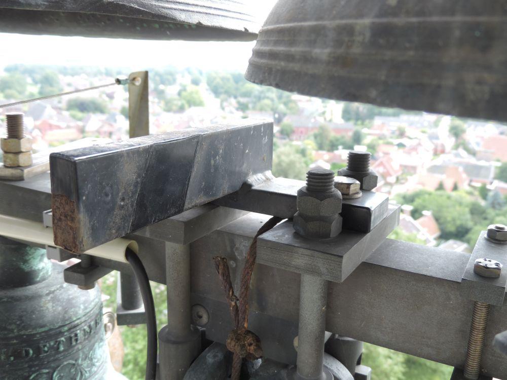 De bevestiging van de oude magneethamers gaat hergebruikt worden voor de nieuwe hamers.