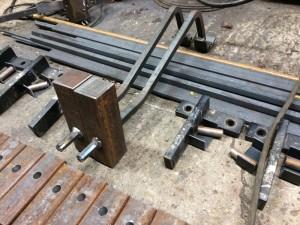 Hamers met steel. De zwarte L-vormige onderdelen zijn de bevestigingen die vorige week uit de toren zijn gehaald.
