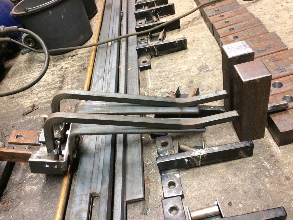 De strip onder de hamersteel houdt de hamer op een paar millimeter van de klok. De hamer valt, raakt net de klok en de veer zorgt ervoor dat de hamer gelijk weer los van de klok komt.