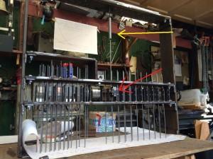 Het lanceerschakelaarbord. Bij de rode pijl de schakelaar en bij de gele pijl de trekveer.