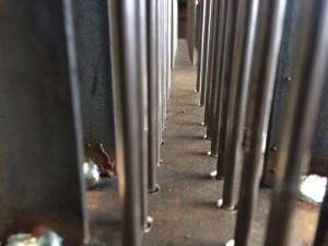 De staafjes gaan door de bodem van de kast naar de speeltrommel, een verdieping lager.