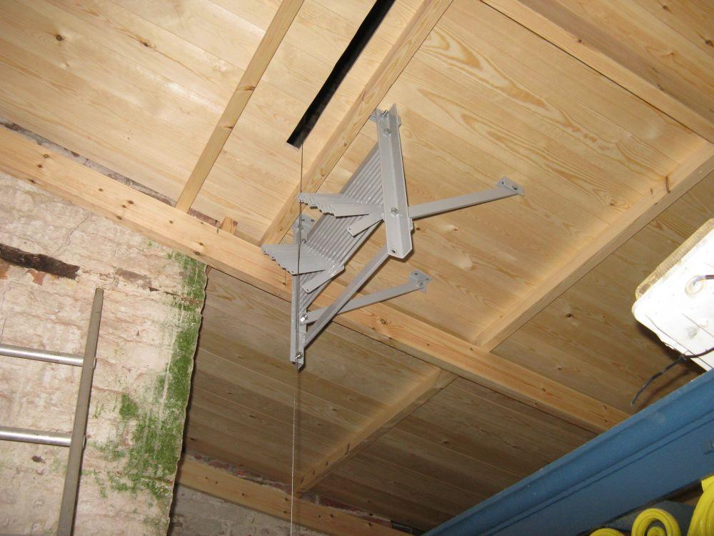 Het grijze rek (wellenbord) zorgt ervoor dat de draden boven niet door de balk gaan maar er omheen.