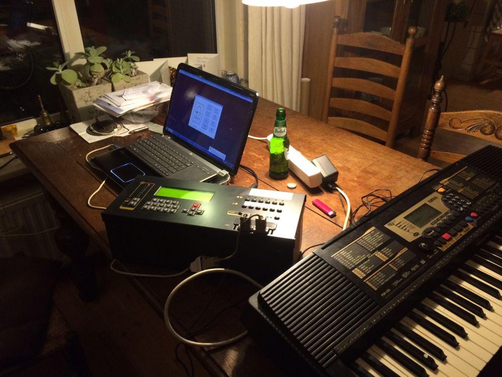 Bij Simon Laudy thuis wordt de Middelstumse computer aangepast aan de nieuwe hamers