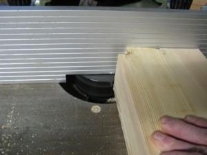 Met de freesmachine worden de uiteinden van de balken zo bewerkt dat er een pen ontstaat.