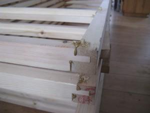 De delen zijn op elkaar ingefreesd en met lijm en een houten pen gefixeerd.