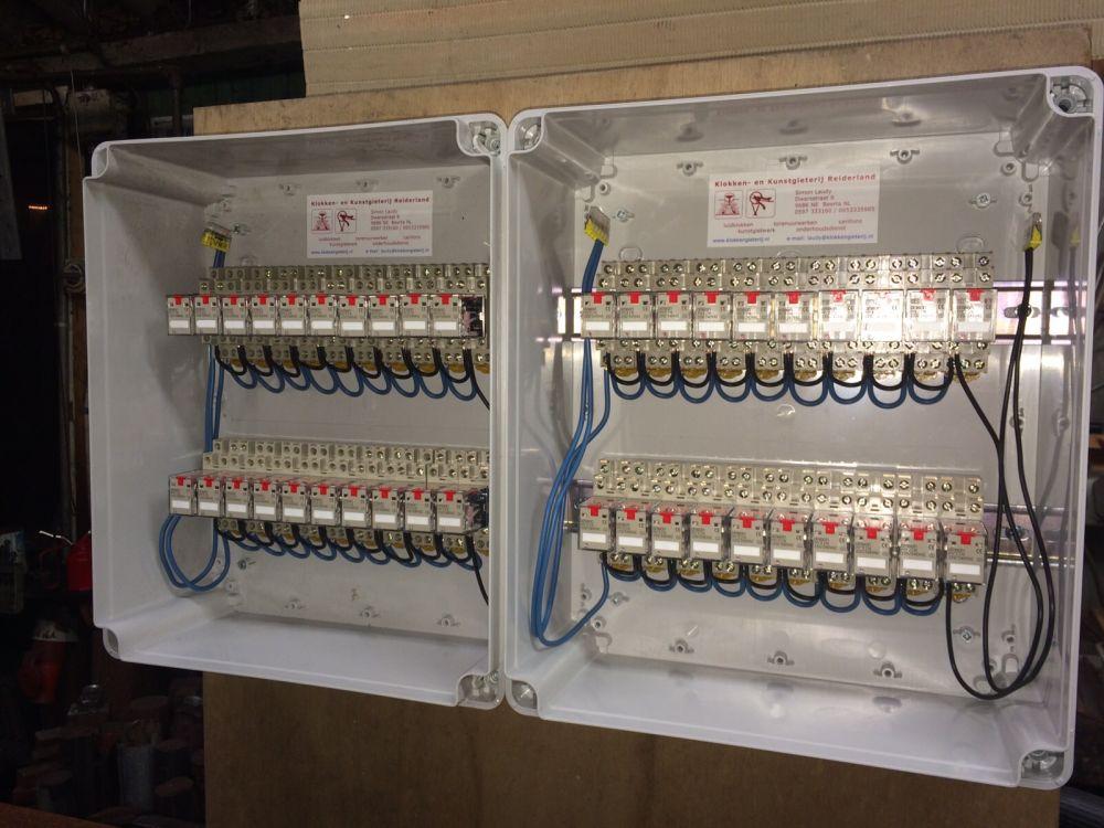 40 relais in twee kasten.