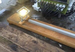 Om de dakbedekking niet te beschadigen is de verlichting op een hardhouten balk gemonteerd.