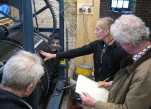 Henk Veldman zegt waar de noten geplaatst moeten worden.