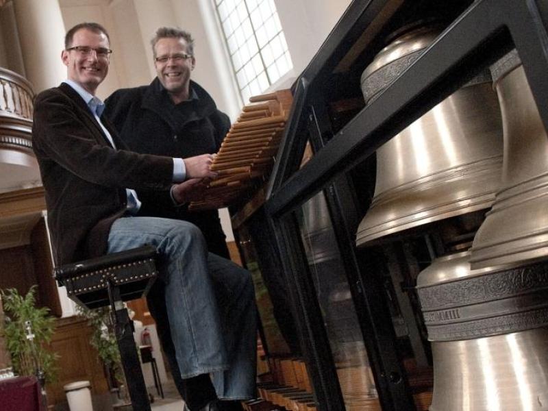 Janno den Engelsman aan het klavier van de reizende beiaard van Boudewijn Zwart. Foto PZC