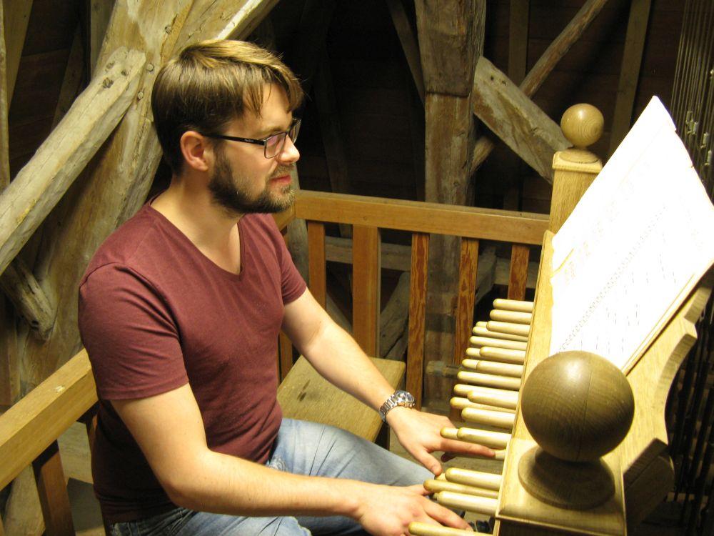 Vincent Hensen aan het klavier.