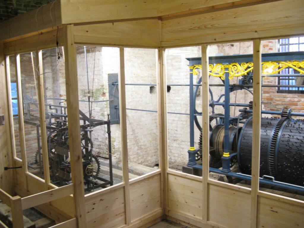 De beschermende houten ombouw is klaar.